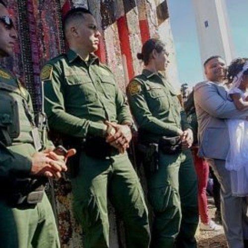 Se casan Estadounidense y mexicana en el muro fronterizo
