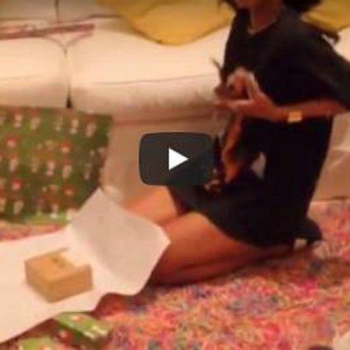 El lado mas sensual de Rihanna mientras envuelve los regalos de Navidad