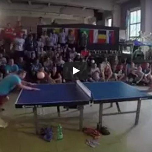 Vaya partida de ping pong futbol