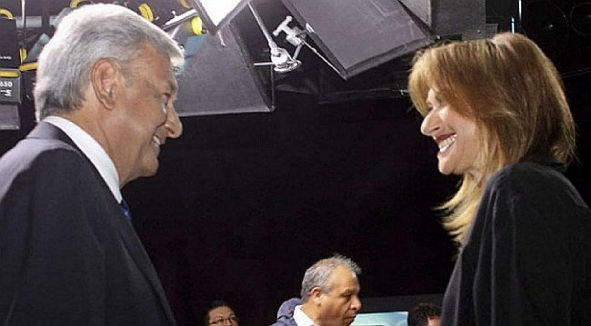 Adela Micha pasa de criticar a López Obrador, a casi arrodillarse ante él
